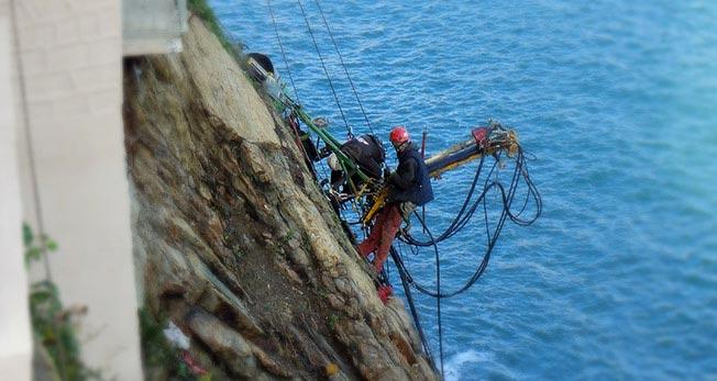 travaux d'accès difficiles intervention-ozone cordistes falaise-cerbere-66