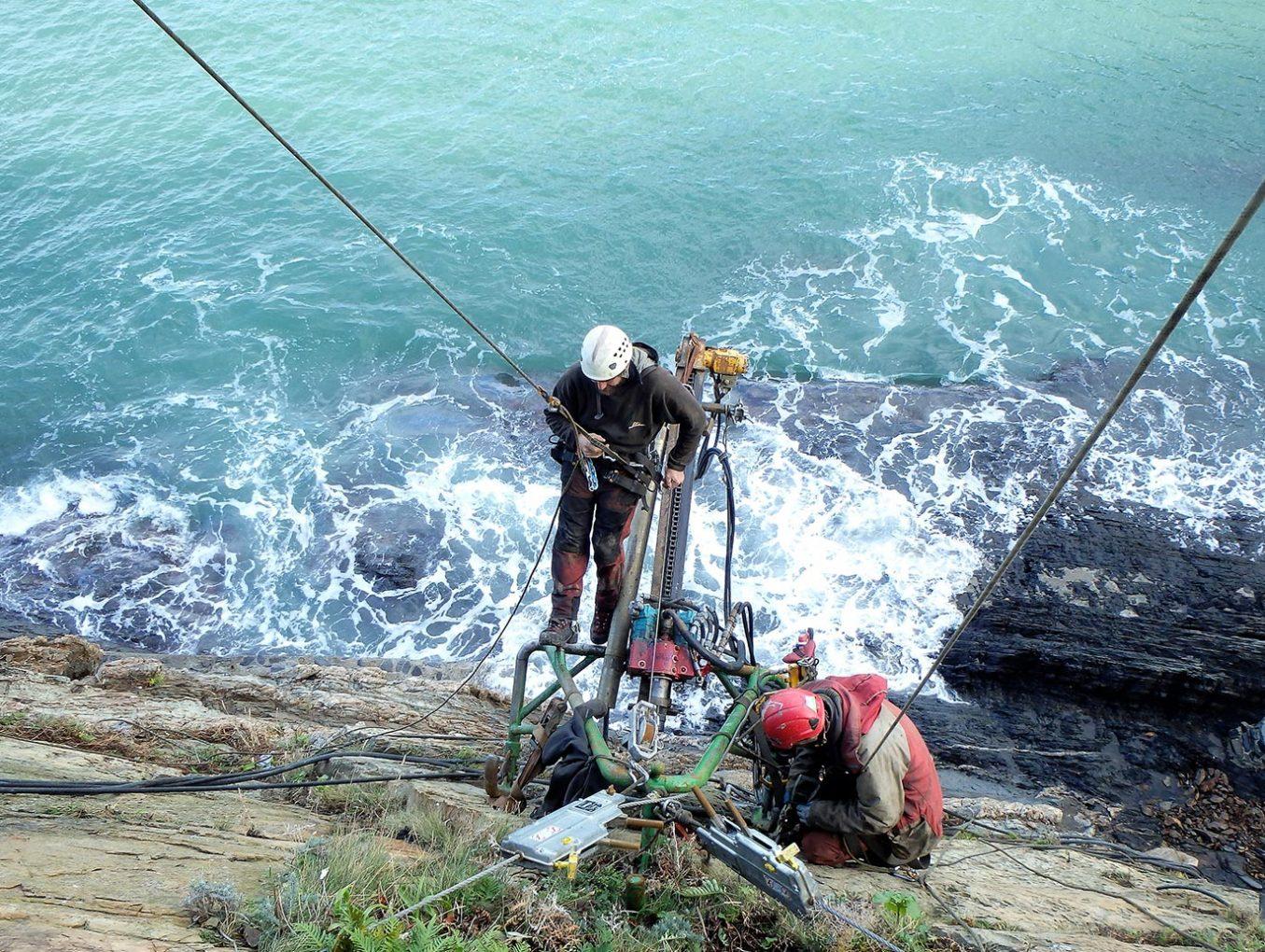 photo travaux-contre-risques-naturels travaux-hauteur cordistes falaise-cerbere-66